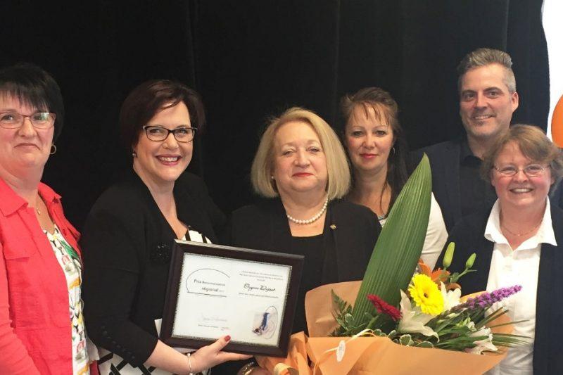 Une infirmière reçoit une récompense pour ses années de service !
