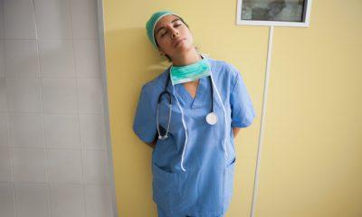 infirmiere-fatiguee-dans-la-chambre-d-39-hopital_13339-208247